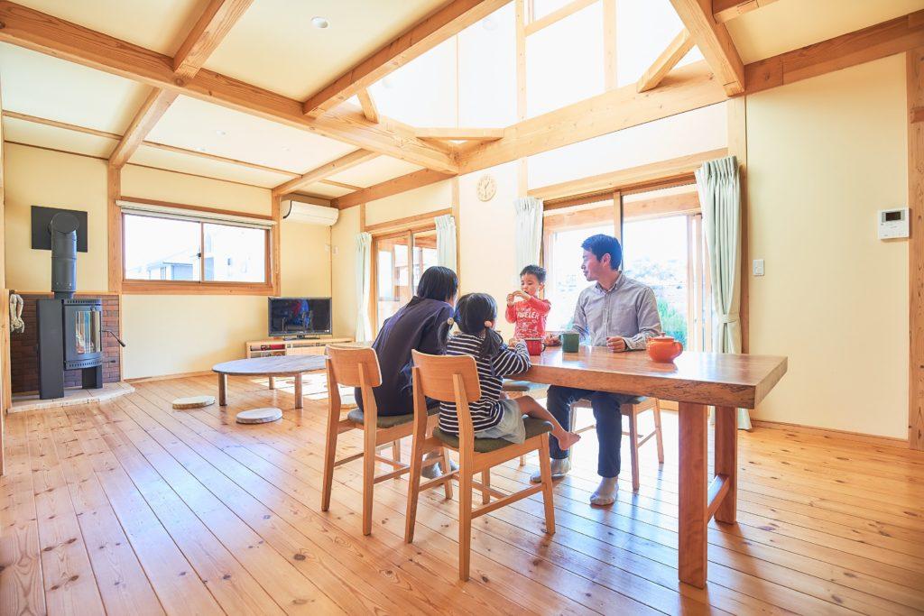 つくばで自然素材の家を建てるベースポイントの家族団欒の写真