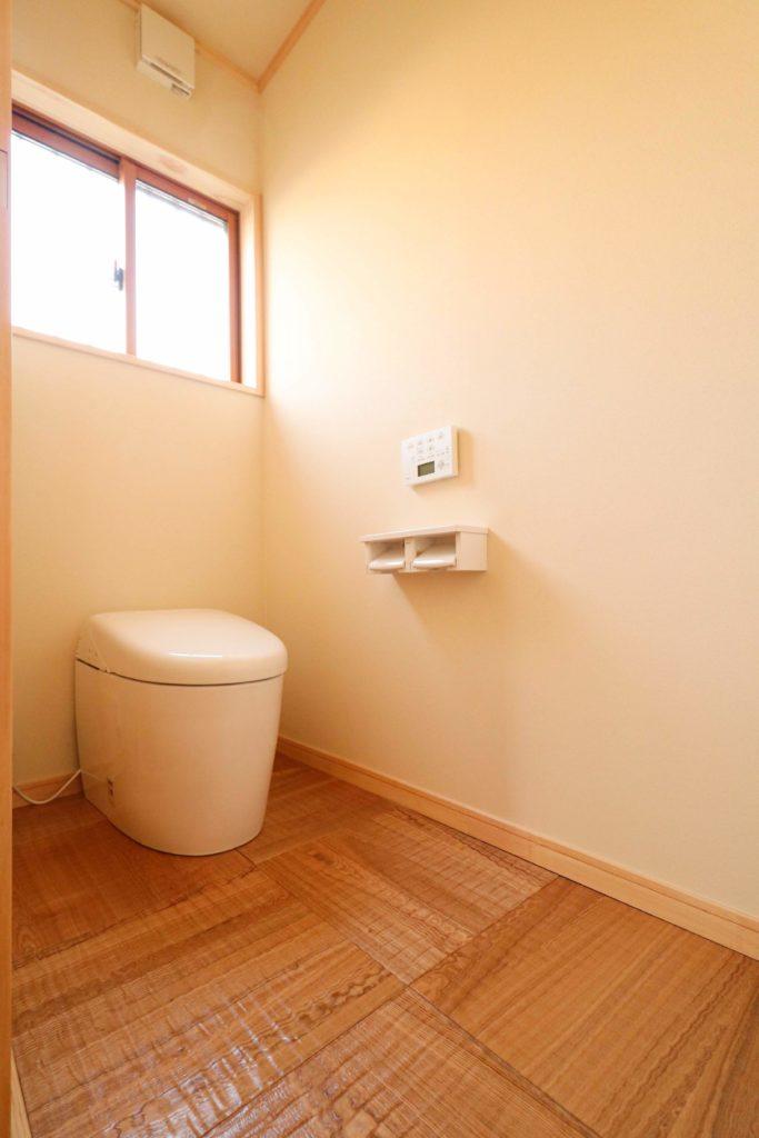 タモの床が魅力的なトイレ_常総市で注文住宅ならベースポイント
