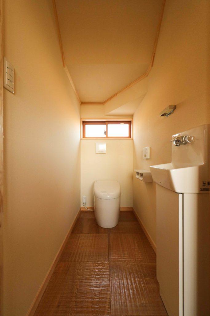 常総市で注文住宅を建てるベースポイントの階段下トイレ