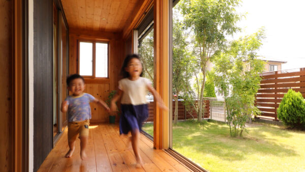 子育て世代の家を建てるベースポイントのサンデッキ
