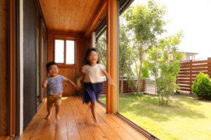 つくばで注文住宅・木の家を手掛ける工務店ベースポイントの走る子供画像