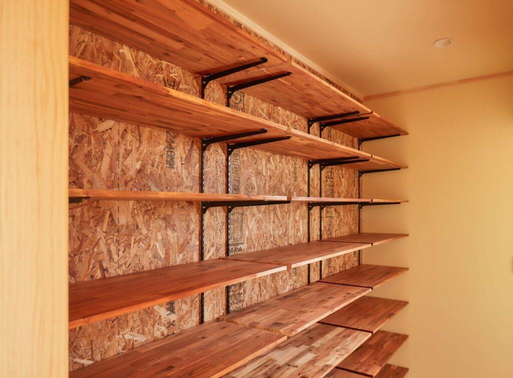 つくばでシンプルな家を建てるベースポイントの造作収納棚の写真