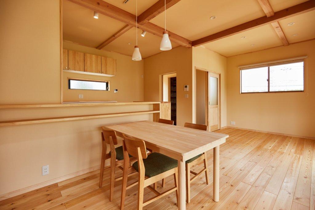 つくばでシンプルな家を手掛けるベースポイントのLDK 写真