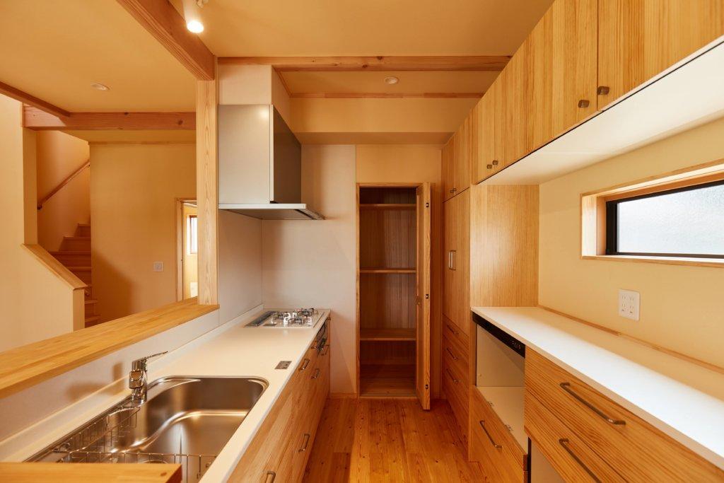 シンプルな家を手掛けるベースポイントのパントリー写真