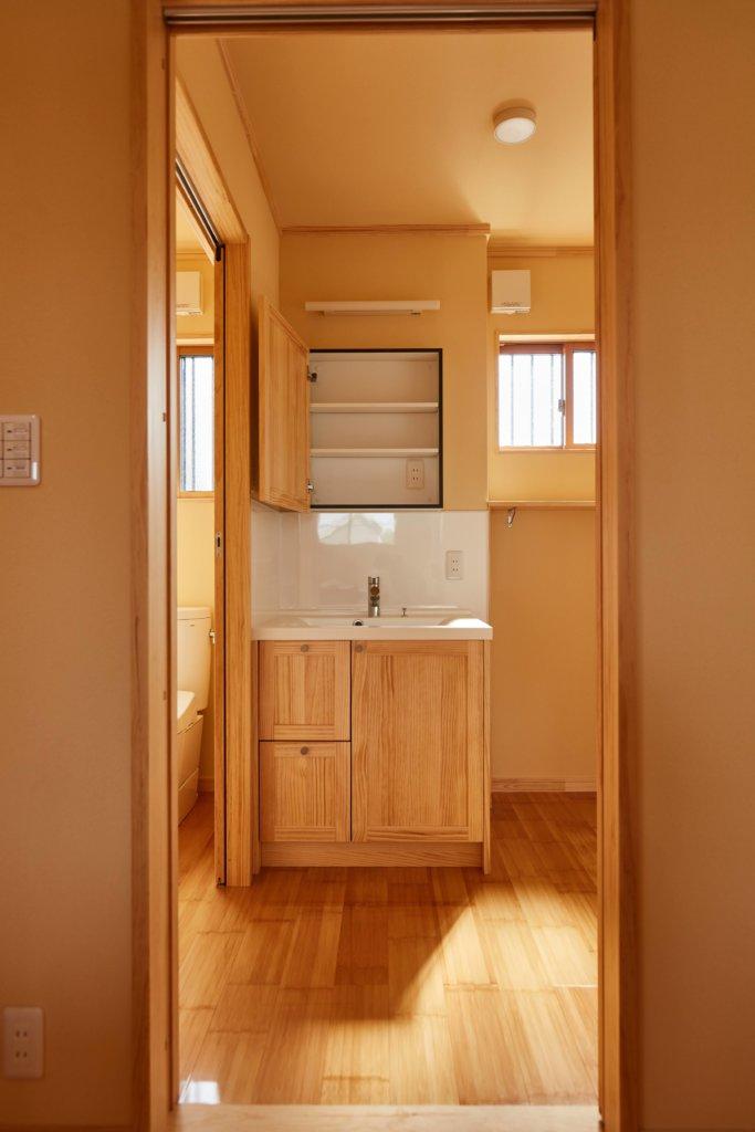 シンプルスタイルの家を手掛けるベースポイントの洗面所写真