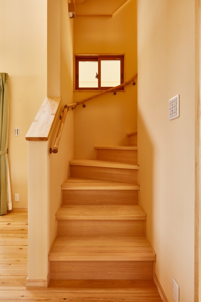 つくばでシンプルな家を建てるベースポイントの階段写真