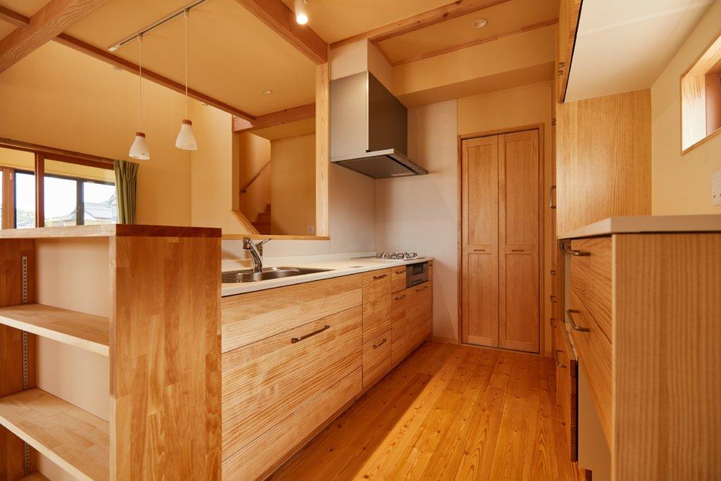 シンプルな家を手掛けるベースポイントの木製キッチン写真