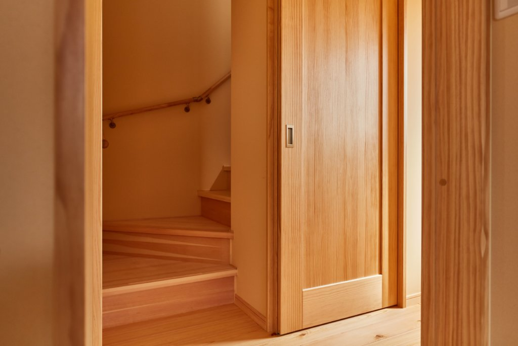 つくばでシンプルな家を建てるベースポイントの階段と建具