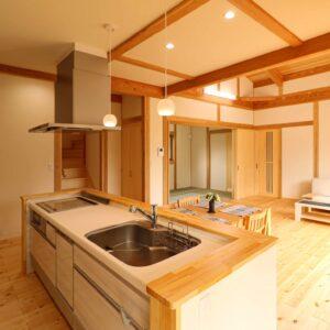 開放的なアイランドキッチン事例_つくばで家事動線の良い家ならベースポイント