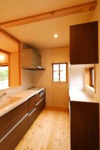 つくばで家事動線の良い家をつくるベースポイントのキッチン通路の事例