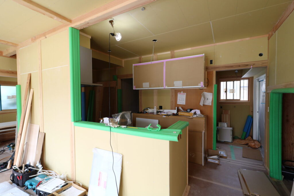 職人さんがキッチン組み込みをするつくばの家の様子