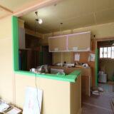 職人さんがキッチンを組み込むつくばの家の現場写真