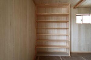 茨城県で注文住宅を手掛けるベースポイントの造作本棚写真