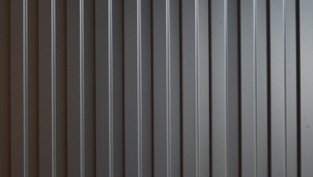 つくばで塗り壁の家を建てるベースポイントのガルバリウム外壁写真