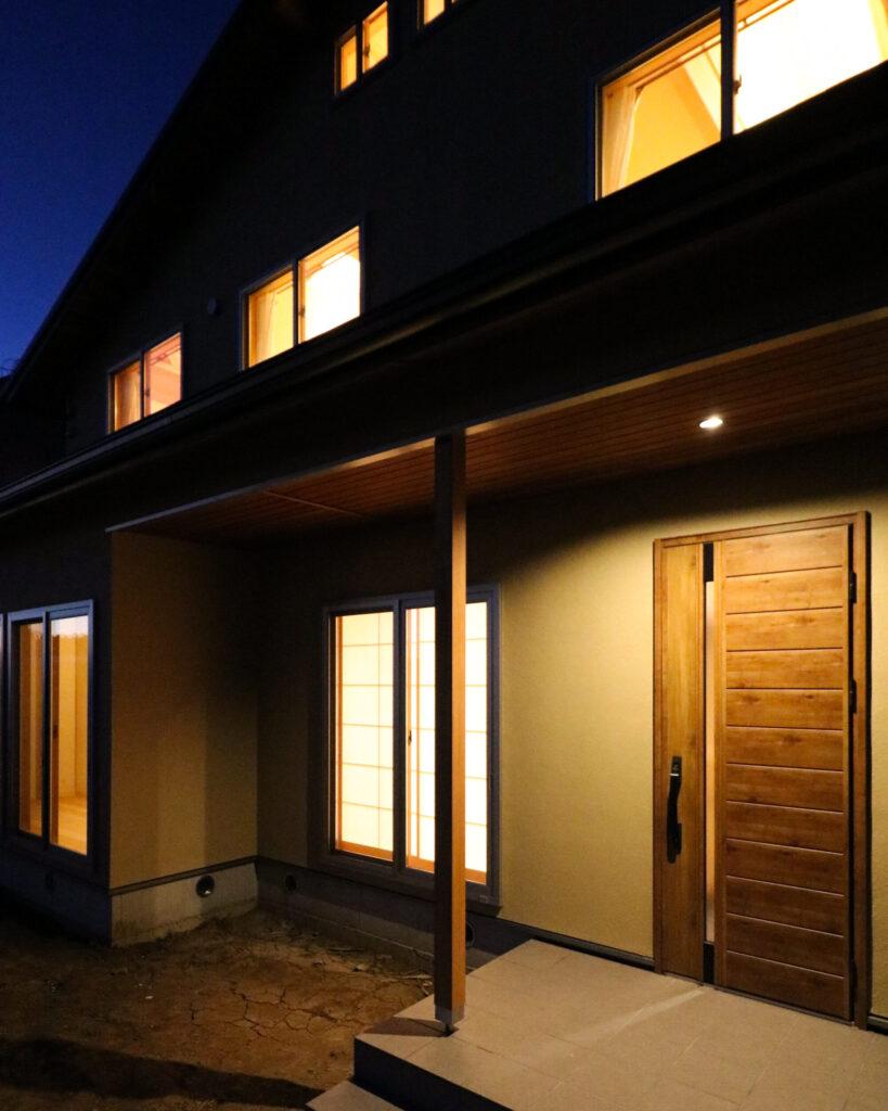 つくば市で和モダンの家を建てるベースポイントの夜の外観
