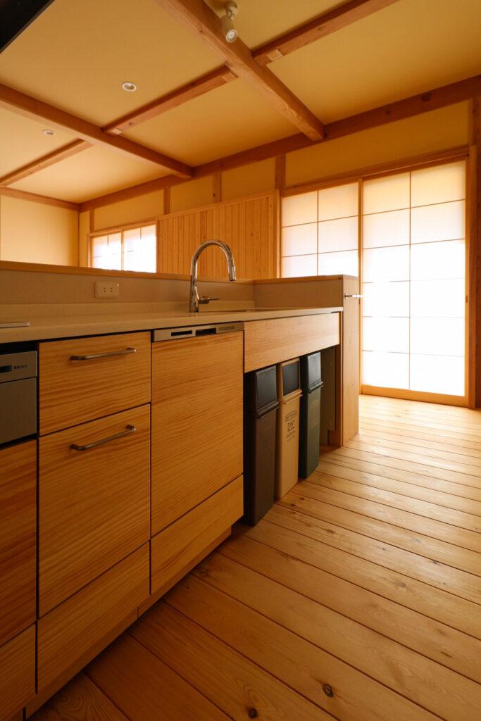 つくば市で和モダンの家を建てるベースポイントの木製キッチン