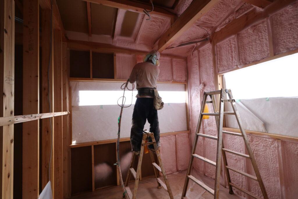 つくばで高断熱高気密の家を建てるベースポイントの断熱工事現場