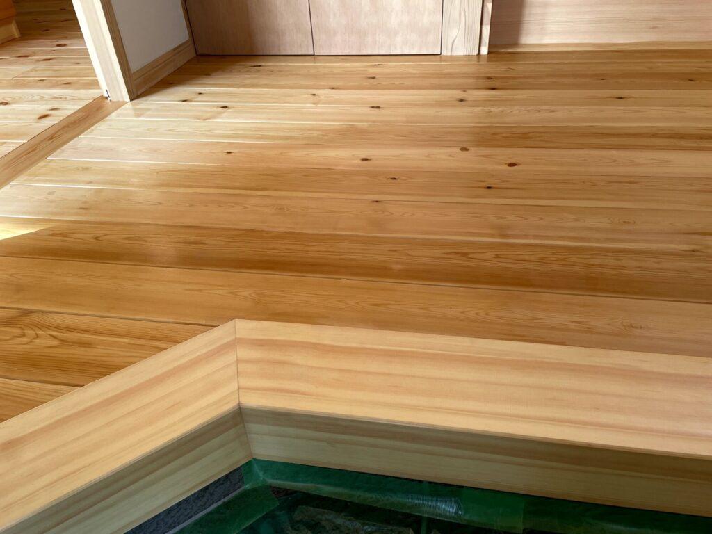 つくば市の木の家専門店ベースポイントの床塗装の様子
